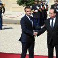 Emmanuel Macron et François Hollande lors de la passation de pouvoir au palais de l'Elysée à Paris le 14 mai 2017. © Lionel Urman / Bestimage