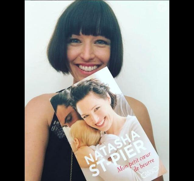 Natasha St-Pier pose avec son livre Mon petit coeur de beurre. Instagram, mai 2017