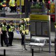 La police et les secours à la Manchester Arena après l'attentat-suicide à la bombe. Le terroriste s'est fait explosé lors du concert d'A. Grande, où étaient réunis plus de 20.000 personnes. A l'heure actuelle, le bilan s'élève à 22 morts dont des enfants et plus d'une cinquantaine de bléssés. Manchester, le 22 mai 2017.