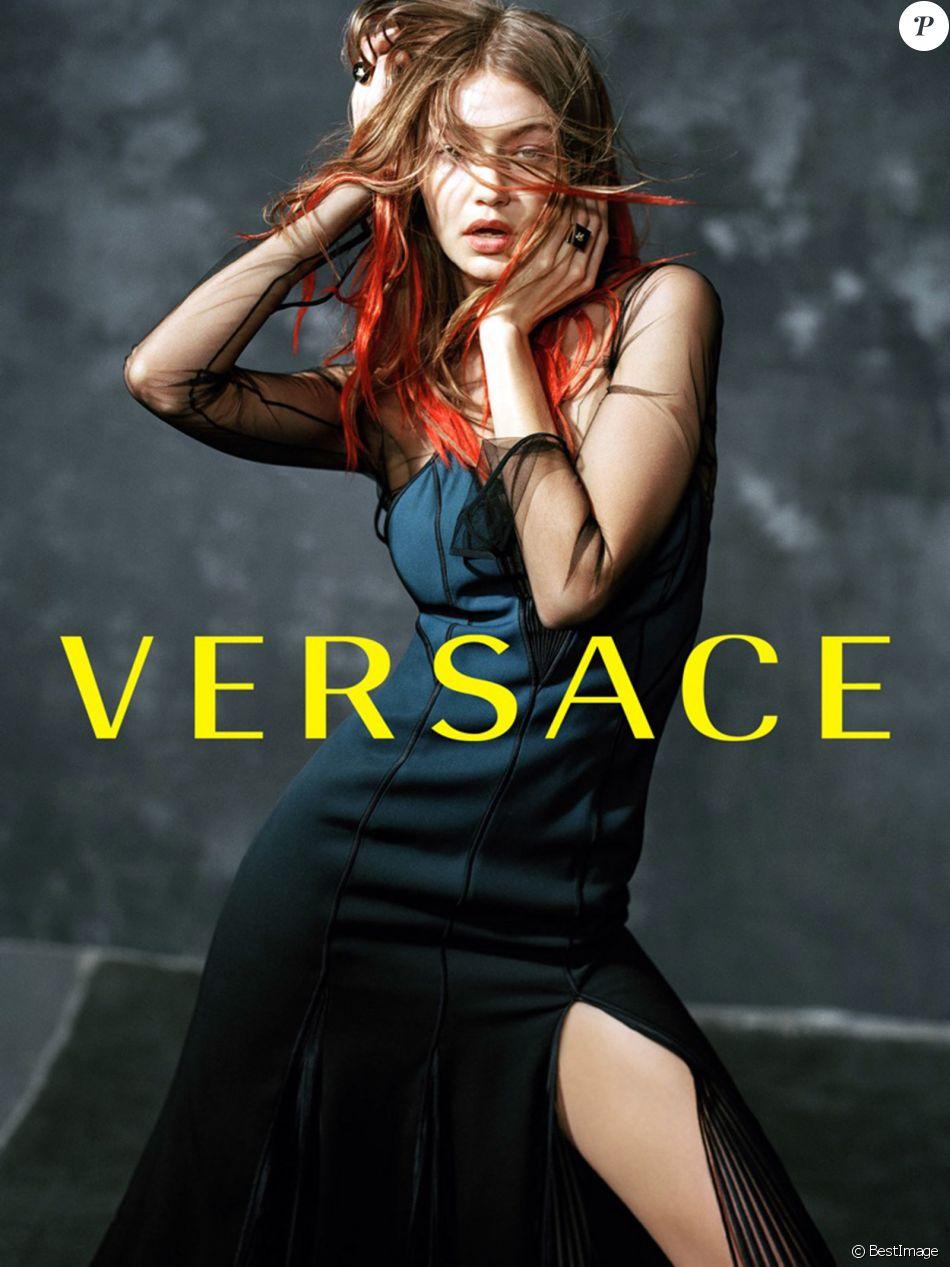 Gigi Hadid figure sur la campagne publicitaire (collection prêt-à-porter automne-hiver 2017) de Versace. Photo par Bruce Weber.