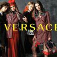 Mica Argañaraz, Taylor Hill, Gigi Hadid et Vittoria Ceretti figurent sur la campagne publicitaire (collection prêt-à-porter automne-hiver 2017) de Versace. Photo par Bruce Weber.