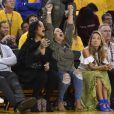 Rihanna lors du match 1 de la finale des play-offs NBA le 1er juin 2017 à l'Oracle Arena d'Oakland entre les Golden State Warriors et les Cleveland Cavaliers. Fan de LeBron James, la chanteuse a tout fait pour provoquer le public des Warriors.