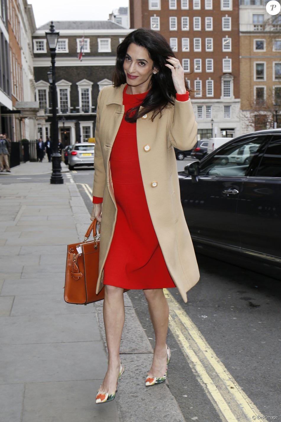Robe rouge et chaussure beige