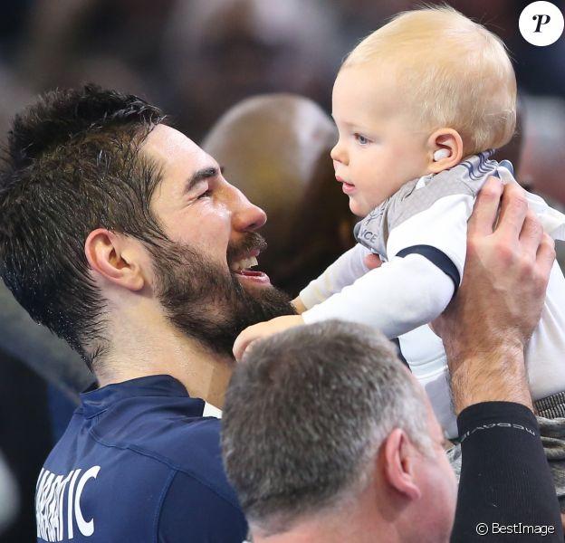 Nikola Karabatic rejoint son fils Alek après le match de demi-finale du 25th mondial de handball, France - Slovénie à l'AccorHotels Arena à Paris, France, le 26 janvier 2017. © Cyril Moreau/Bestimage