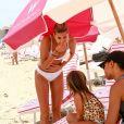 Kourtney Kardashian et Hailey Baldwin se relaxent sur la plage à Miami le 12 juin 2017© CPA/Bestimage