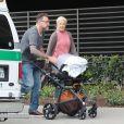 Exclusif - Tori Spelling et son mari Dean McDermott se balade avec leur dernier né Beau Dean McDermott dans les rues de Beverly Hills, le 25 mai 2017