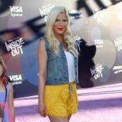 """Tori Spelling et ses cheveux """"licorne"""" : La star dévoile une couleur étonnante"""