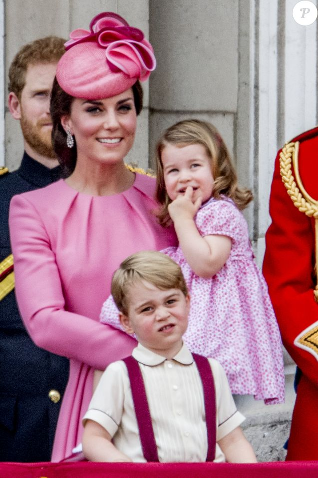 """Catherine Kate Middleton, duchesse de Cambridge, la princesse Charlotte et le prince George - La famille royale d'Angleterre au balcon du palais de Buckingham pour assister à la parade """"Trooping The Colour"""" à Londres le 17 juin 2017."""