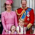 """Catherine Kate Middleton, duchesse de Cambridge, la princesse Charlotte, le prince George et le prince William, duc de Cambridge - La famille royale d'Angleterre au balcon du palais de Buckingham pour assister à la parade """"Trooping The Colour"""" à Londres le 17 juin 2017."""