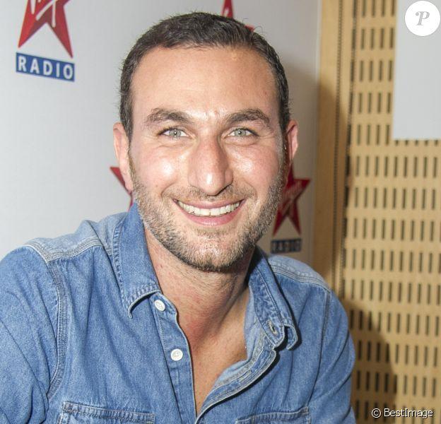 Michael Zazoun en séance de dédicaces chez Virgin Radio lors des Journées du Patrimoine à Paris, le 21 septembre 2014.