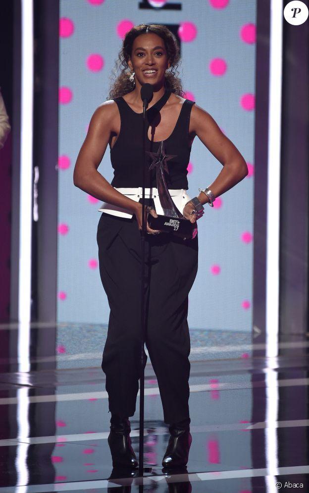 """Solange Knowles aux BET Awards accepte le Centric Award pour sa chanson """"Cranes In The Sky"""" le 25 juin 2017 au Microsoft Theater à Los Angeles"""