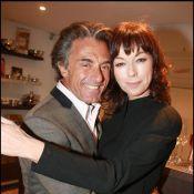 Gérard Holtz et Julie Arnold, très amoureux... ils ne se lâchent pas !
