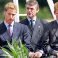 Le prince William et le prince Harry le 6 juillet 2004 lors de la cérémonie d'inauguration de la fontaine installée à la mémoire de la princesse Diana à Hyde Park, à Londres.