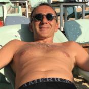 """Elie Semoun prend la pose en slip pour un """"hommage"""" pas comme les autres"""