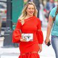 """""""Hilary Duff dans une robe orange sur le tournage d'une scène de la série """"Younger"""" à New York City, New York, Etats-Unis, le 13 juin 2017."""""""