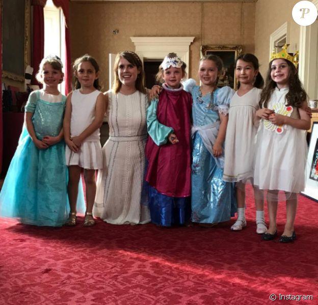 Harper Beckham, qui pose ici avec la princesse Eugenie d'York et de petites camarades, a eu la chance de fêter en juillet 2017 son 6e anniversaire au palais de Buckingham, à Londres, où le duc et la duchesse d'York organisaient un goûter privé. David Beckham a partagé quelques images du bonheur de sa fille sur son compte Instagram.