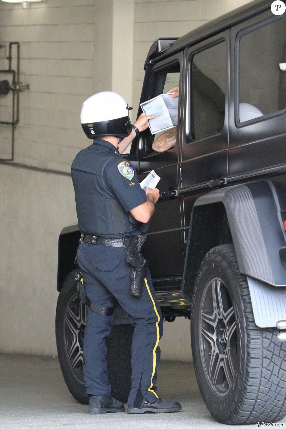 Exclusif - Justin Bieber se fait arrêter par la police à son arrivée au volant de son nouveau Mercedes Benz G Wagon devant l'hôtel Montage à Beverly Hills, le 15 juillet 2017