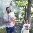 Scott Disick se promène avec ses enfants Penelope et Mason à Calabasas le 21 juin 2017.
