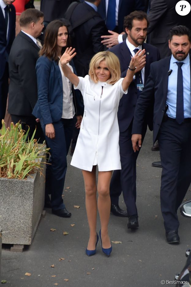 "Brigitte Macron (Trogneux) et Mélania Trump descendent d'un bateau après une promenade sur la Seine à Paris, le 13 juillet 2014.  No web/ No blog pour Belgique/Suisse - Brigitte Macron (Trogneux) and Melania Trump are boarding a boat for a nice cruise along the ""Seine"" in Paris, France, on July 13th 2017.13/07/2017 - Paris"