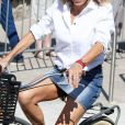 La première dame Brigitte Macron (Trogneux) part en vélo à la plage avec sa fille Tiphaine Auzière, son compagnon Antoine et leurs enfants Elise et Aurèle au Touquet, le 17 juin 2017 en début d'après-midi. - Merci de flouter le visage des enfants avant publication- © Dominique Jacovides/Sébastien Valiela/Bestimage  Please hide children's face prior to the publication French First lady Brigitte Macron (Trogneux) and her daughter Tiphaine Auzière with her companion Antoine are seen riding a bike, heading to the beach in Le Touquet, France, June 17th, 2017.17/06/2017 - Le Touquet