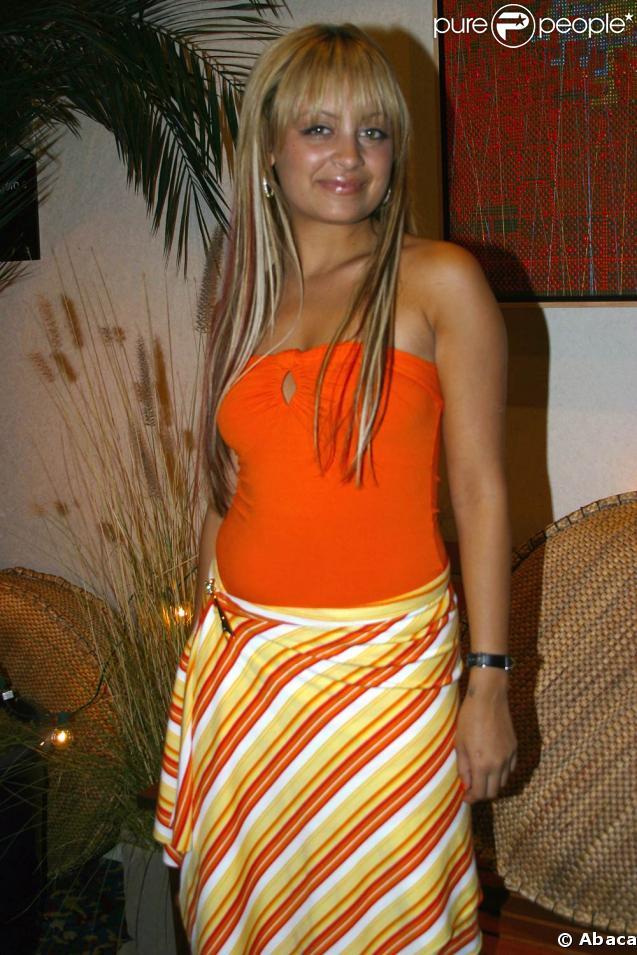 Nicole Richie en 2003 à Los Angeles. La même année, Nicole Richie, légèrement ronde, ne correspond pas aux critères de poids des people et choisit de maigrir radicalement et dangereusement.