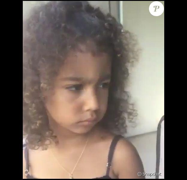 North West tirant une moue boudeuse pendant que sa mère la filme sur Snapchat le 28 juillet 2017