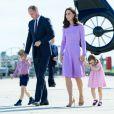 Le prince William et la duchesse Catherine de Cambridge avec leurs enfants le prince George de Cambridge et la princesse Charlotte de Cambridge lors de leur départ à l'aéroport de Hambourg, le 21 juillet 2017, après leur visite officielle en Allemagne.