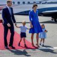 Le prince William et la duchesse Catherine de Cambridge avec leurs enfants le prince George de Cambridge et la princesse Charlotte de Cambridge à leur arrivée à l'aéroport de Berlin-Tegel à Berlin, le 19 juillet 2017.