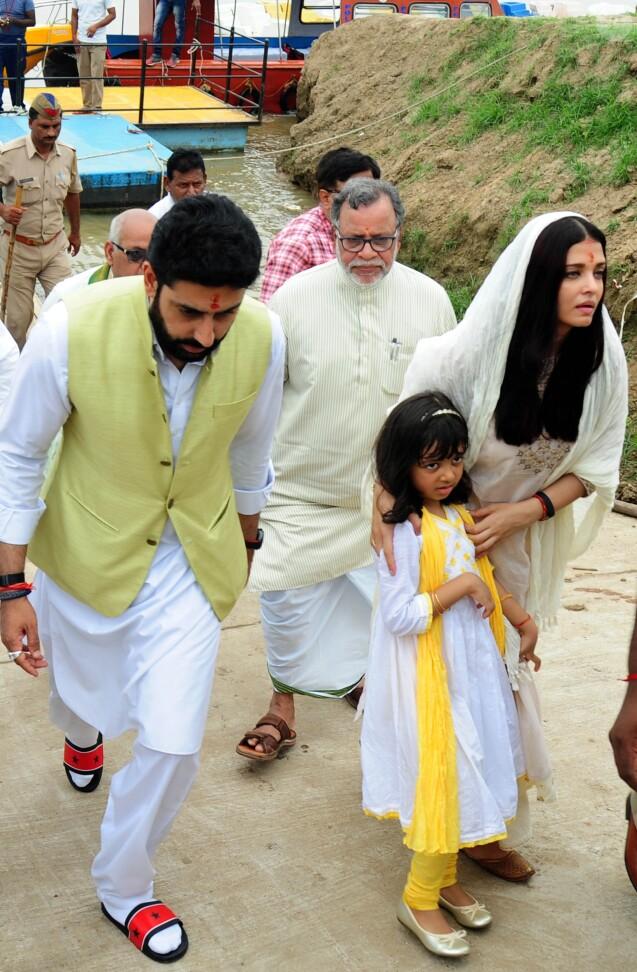 Aishwarya Rai Bachchan, son mari Abhishek Bachchan et leur fille Aaradhya Bachchan assistant  à la cérémonie traditionnelle de l'immersion des cendres dans le Gange du père de l'actrice, Krishnaraj Rai - Allahabad en Inde, 5 août 2017.