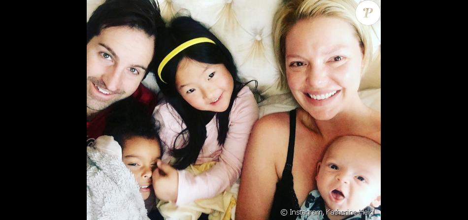 Katherine Heigl entourée de son nouveau-né Joshua Bishop Kelley Jr, de son chériJosh Kelley et de leurs deux filles, Naleigh (8 ans) et Adalaide (4 ans).