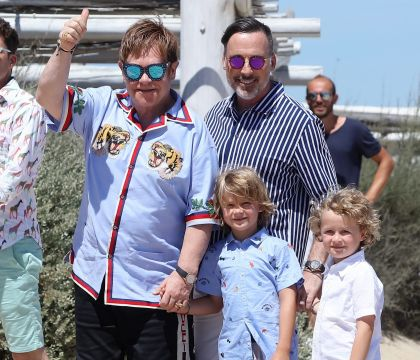 Elton John : Première apparition à Saint-Tropez depuis son hospitalisation !