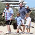 """""""Elton John, son mari David Furnish et leurs fils Elijah et Zachary sont au Club 55 à Saint-Tropez, le 6 août 2017, pendant leurs vacances."""""""