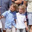 Elton John, son mari David Furnish et leurs fils Elijah et Zachary sont au Club 55 à Saint-Tropez, le 6 août 2017, pendant leurs vacance.