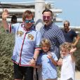 """""""Elton John, son mari David Furnish et leurs fils Elijah et Zachary sont au Club 55 à Saint-Tropez, le 6 août 2017, pendant leurs vacance."""""""