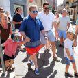 Elton John, son mari David Furnish et leurs enfants Zachary et Elijah se promènent à Saint-Tropez le 12 août 2016.