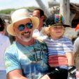 David Furnish et Elijah - Elton John et son mari David Furnish se baladent avec leurs enfants Zachary et Elijah à Saint Tropez le 12 août 2016.
