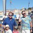 Elton John et son mari David Furnish se baladent avec leurs enfants Zachary et Elijah à Saint Tropez le 12 août 2016.