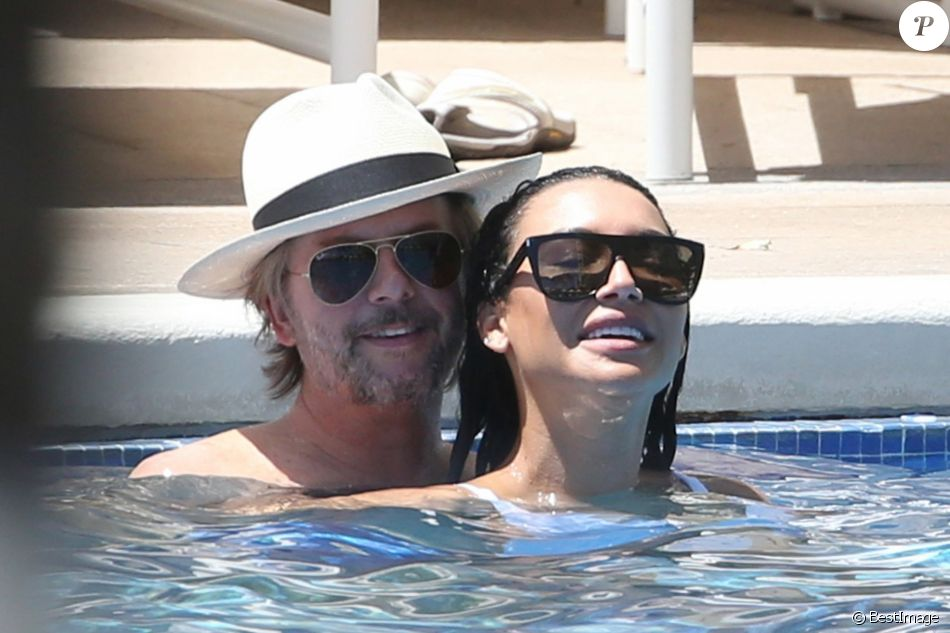 Exclusif - David Spade et Naya Rivera dans la piscine de leur hôtel club à Honolulu (Hawaï) le 2 avril 2017.