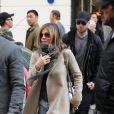 Jennifer Aniston et son mari Justin Theroux sortent de la boutique Colette après avoir fait du shopping à Paris le 14 avril 2017.