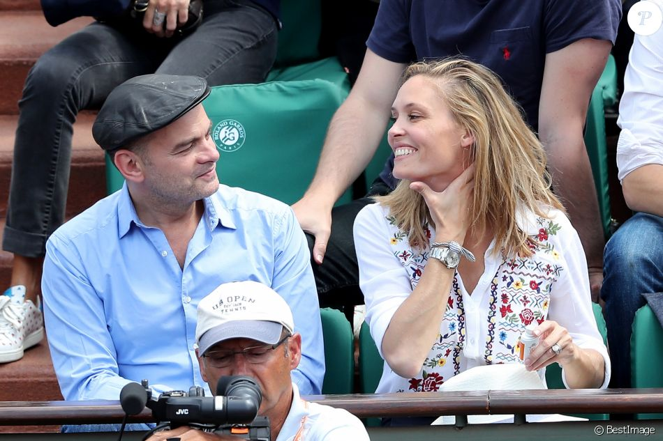 Clovis Cornillac et sa femme Lilou Fogli - Personnalités dans les tribunes lors des internationaux de France de Roland Garros à Paris. Le 9 juin 2017. © Jacovides - Moreau / Bestimage
