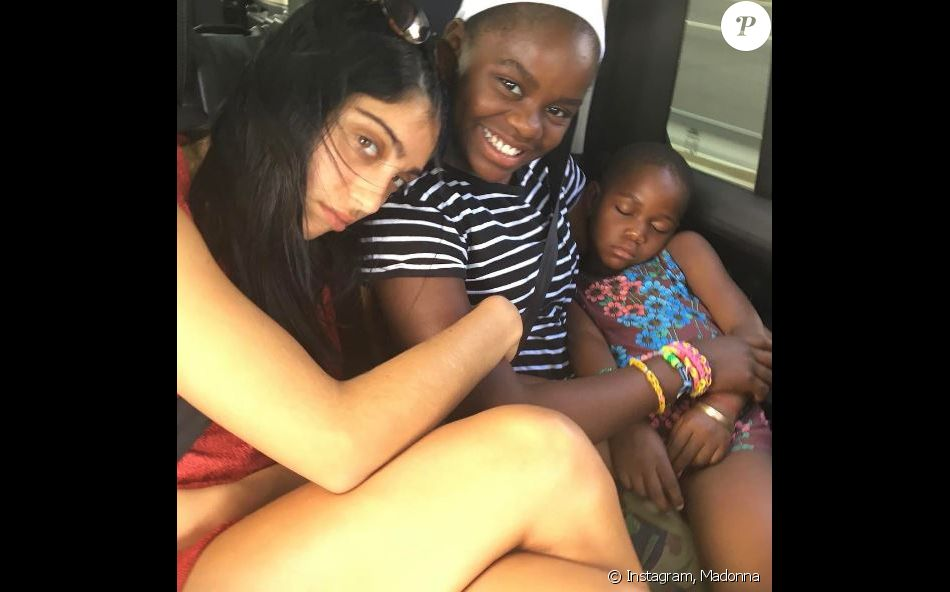 Madonna a partagé cette photo de ses filles Lourdes, Mercy et une de ses jumelles, sur Instagram, le 25 août 2017