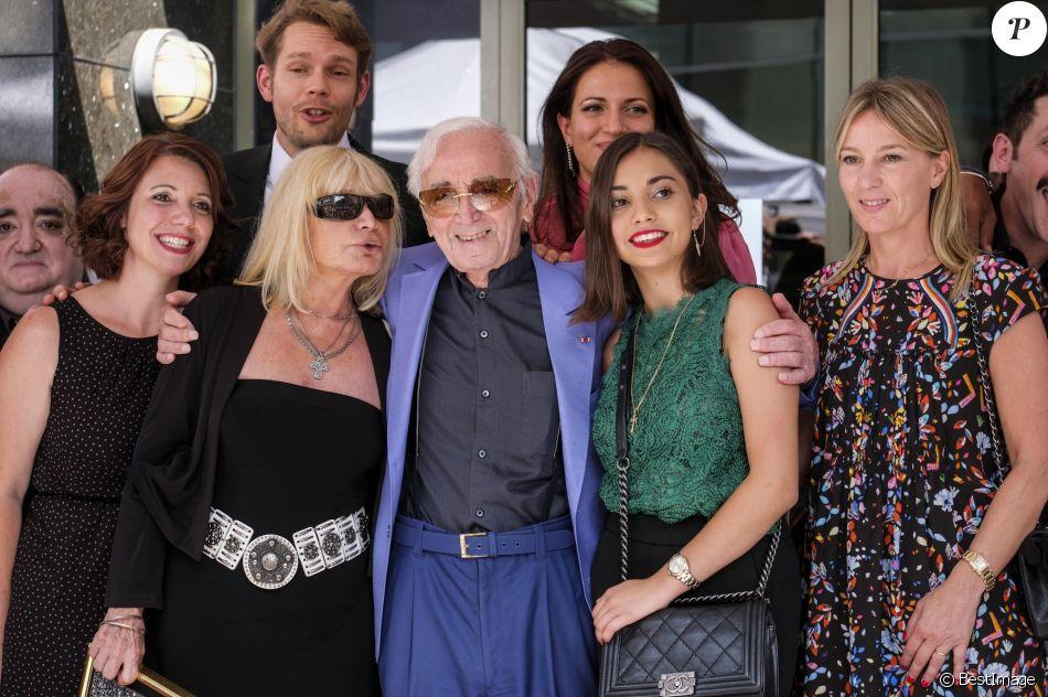 Charles Aznavour avec sa petite-fille Leila (chemisier vert), sa fille Katia (robe noire à fleurs), sa fille Seda (robe noire et ceinture blanche), son fils Nicolas (chemise blanche), Kristina Si (foulard rose) et des membres de sa famille lors de la remise de son étoile sur le Hollywood Walk of Fame à Los Angeles, le 24 août 2017. © Ringo Chiu via Zuma Press/Bestimage