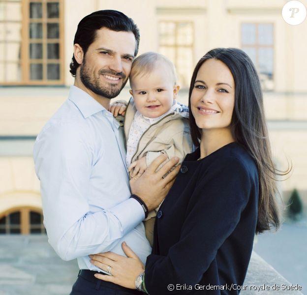 Le prince Carl Philip et la princesse Sofia de Suède photographiés avec leur fils le prince Alexander pour son premier anniversaire, le 19 avril 2017. Le couple princier a accueilli le 31 août 2017 son second enfant. © Erika Gerdemark/Cour royale de Suède