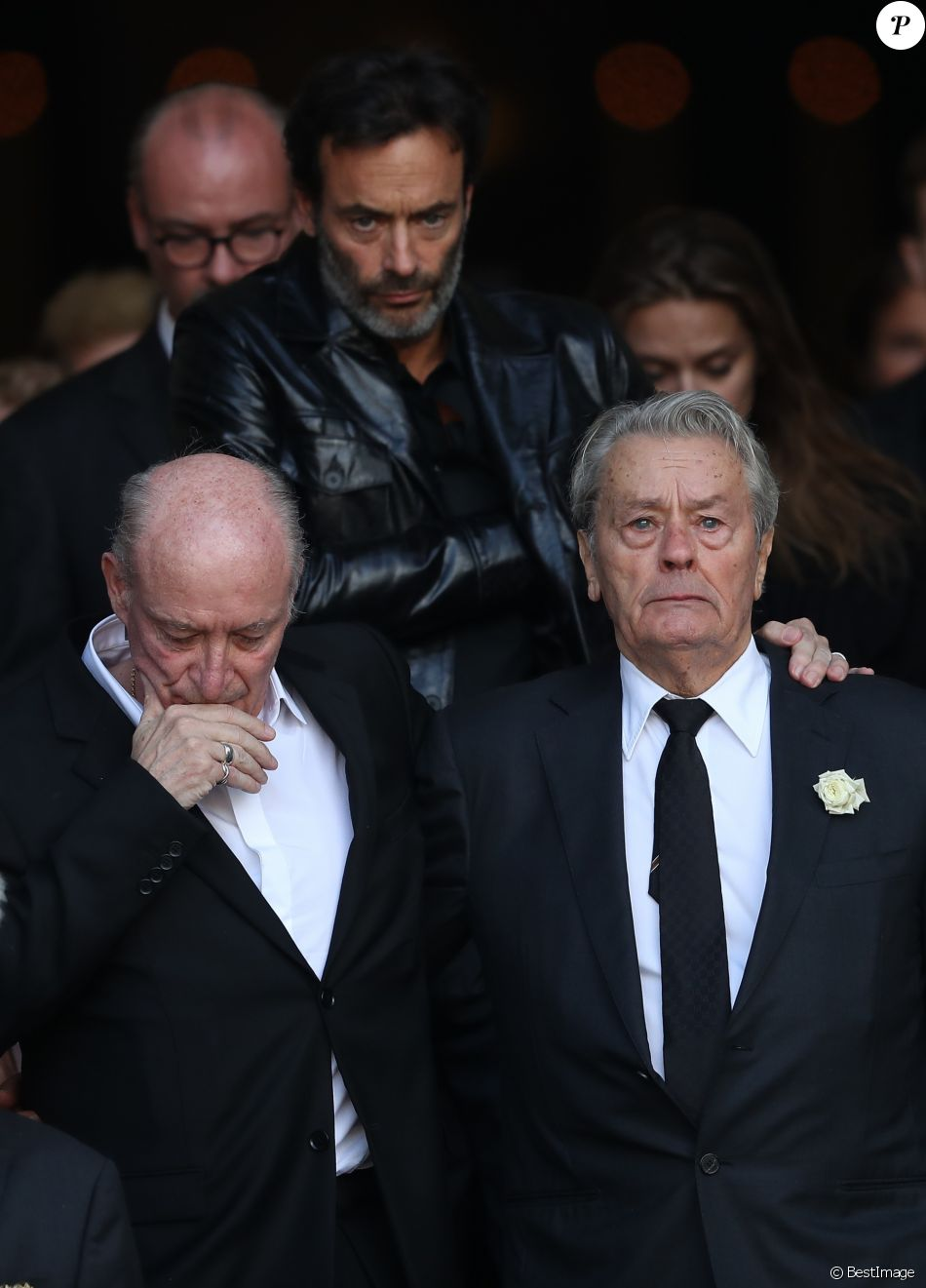Pascal Desprez, Anthony Delon et Alain Delon au bord des larmes - Sorties des obsèques de Mireille Darc en l'église Saint-Sulpice à Paris. Le 1er septembre 2017