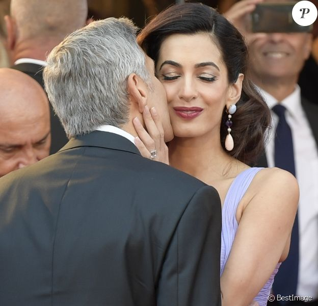 George Clooney et sa femme Amal Clooney (Alamuddin) arrivent à la première du film Suburbicon lors du 74ème Festival International du Film de Venise (Mostra) le 2 septembre 2017. George Clooney and Amal Clooney are seen during the red carpet ahead of the 'Suburbicon' screening during the 74th Venice Film Festival at Sala Grande on September 2, 2017 in Venice, Italy.02/09/2017 - Venise