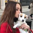 Nabilla et sa chienne Pita, le 6 avril à Londres.