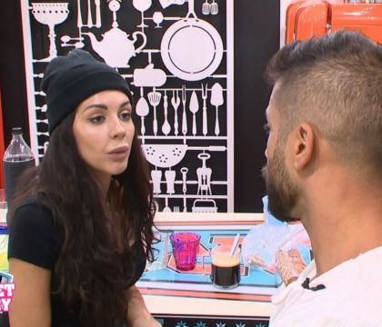 Secret Story 11 : Clash, premier buzz et Julie se prend un râteau !