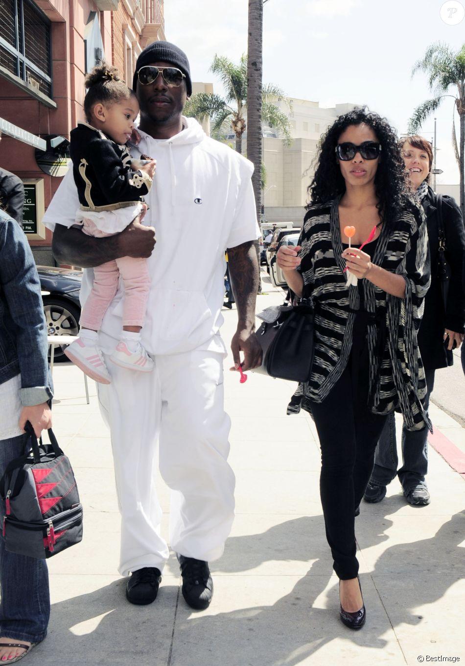 Tyrese Gibson et son ex-femme Norma Mitchell avec leur fille Shayla dans les rues de West Hollywood en 2010