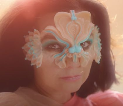 "Björk, de nouveau en couple ? L'amour au coeur du sublime ""The Gate"""