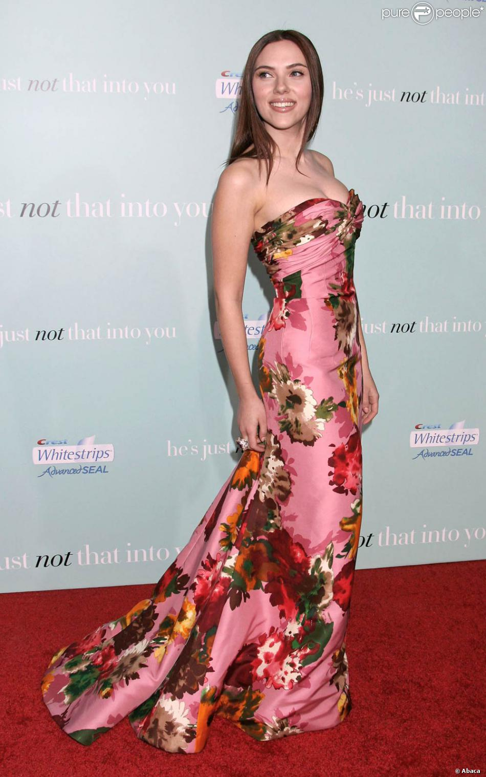 scarlett johansson magnifique dans une robe de soir e imprim rose et fleuri. Black Bedroom Furniture Sets. Home Design Ideas